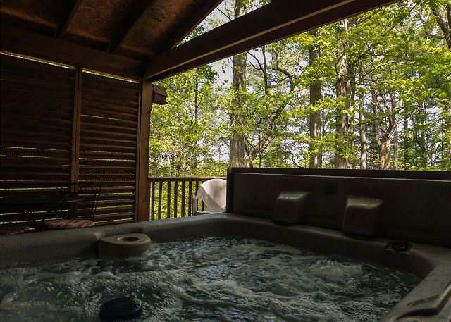 Ohio 39 s romantic cabins secluded romantic hocking hills for Cottages with sauna and hot tub